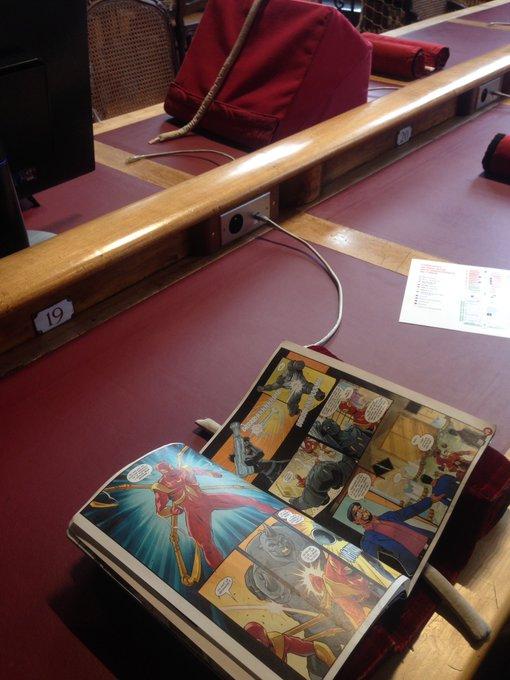En salle de lecture du département des #Manuscrits, certains jeunes visiteurs amènent même leurs propres livres pour les consulter sur nos futons ! #JEP18 @laBnF Photo