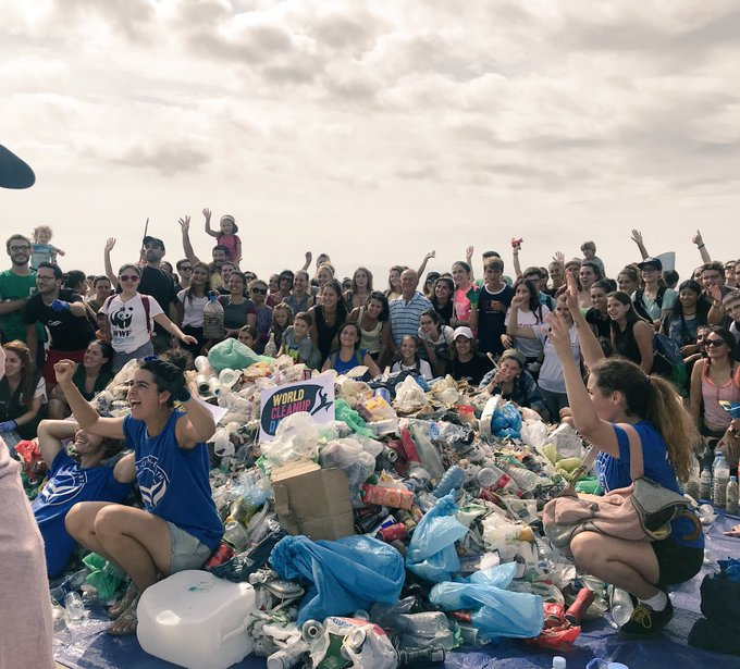 Una mañana recogiendo basura en una sola la playa de Barcelona. Cómo la gente puede ser tan incívica y poco respetuosa del medio ambiente y lugares públicos. #worldcleanupday Photo