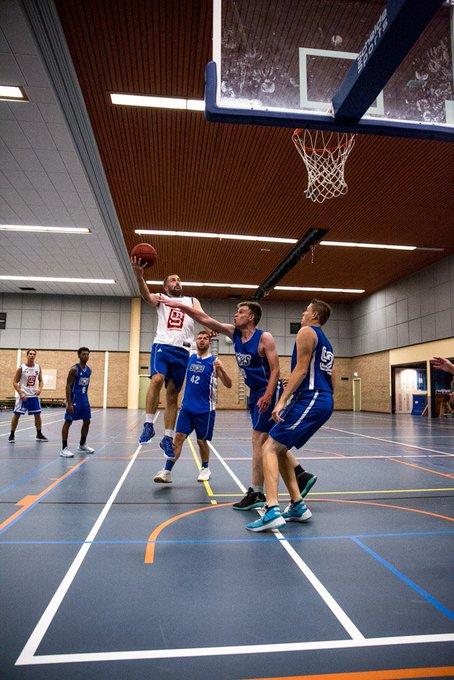Actieshots van een basketballtraining. Lekker rennen en springen in de wei. Foto