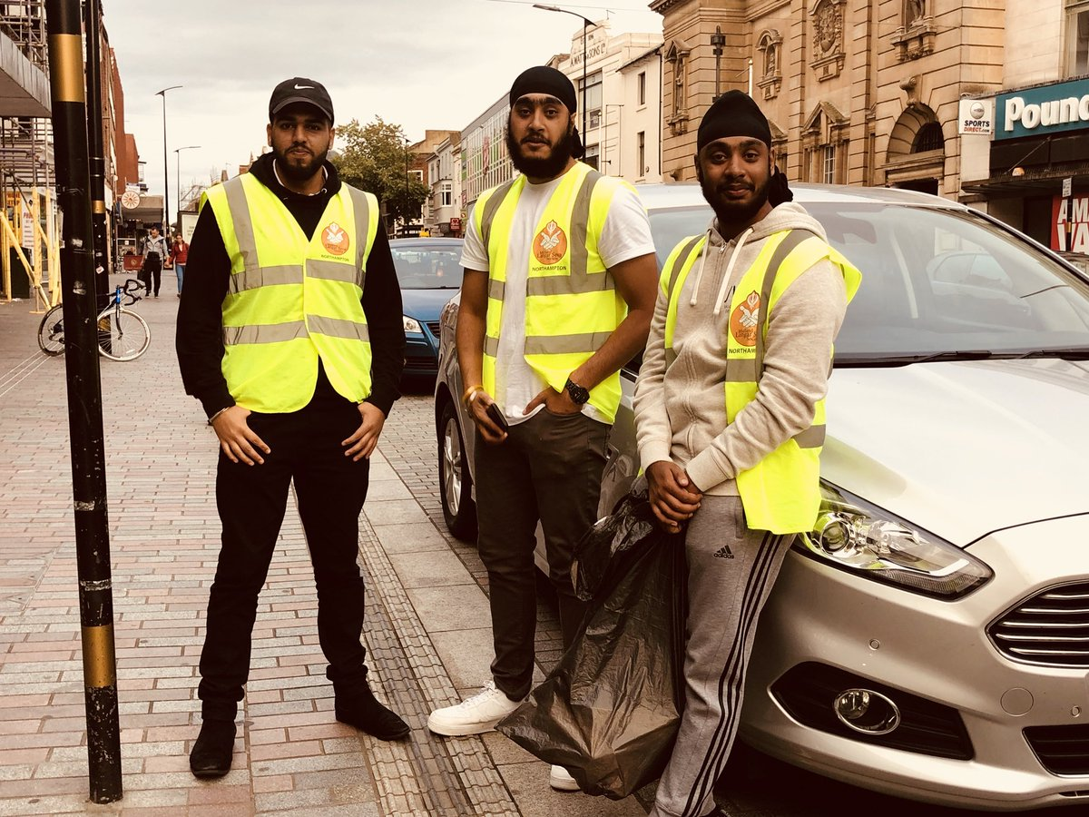 #Northampton langar seva  80 meals served tonight on Abington Street between 6pm-7pm.  We had curry, rice, biscuits, cakes, tea, coffee, hot chocolate and water.   Thanks to all the volunteers who gave up an hour to take part in this seva.   @MidlandLangar @NorPolPrevent