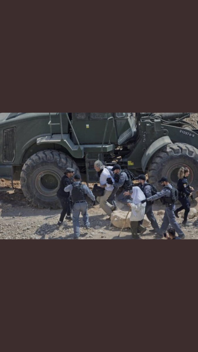 محكمة الاحتلال قررت مساء اليوم ترحيل الناشط الفرنسي البروفيسور #فرانك_رومانو بسبب مشاركته في التظاهرات الرافضه لهدم #الخان_الأحمر. فرانك هو أستاذ حقوق في السوربون اشتهر بدفاعه عن القضية الفلسطينية.