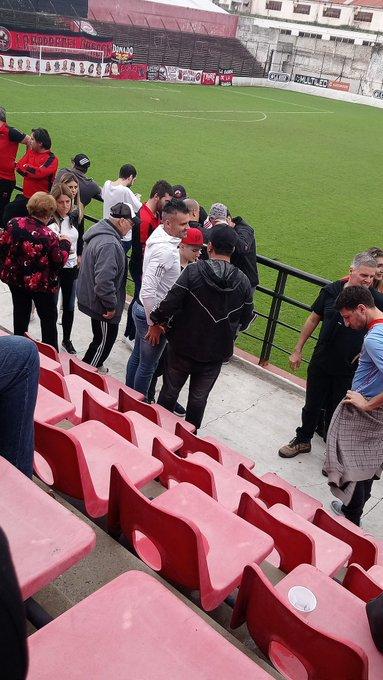 Final del primer tiempo en el bajo Núñez. Mientras la gente espera la reanudación, Anconetani se saca fotos con los hinchas en la platea del Juan Pasquale. #BNacional| #DefensoresDeBelgrano 1-0 Santamarina de Tandil. Foto