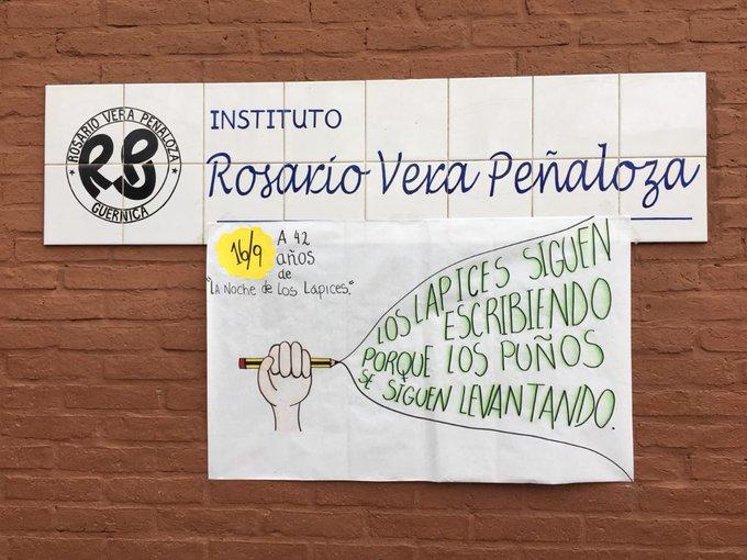 #LaNocheDeLosLapices a 42 años no olvidamos a aquellos jóvenes que dieron todos por sus reivindicaciones. Como dice el cartel que hicieron los alumnos del Rosario de Guernica Los Lápices siguen escribiendo porque los puños se siguen levantado. Foto