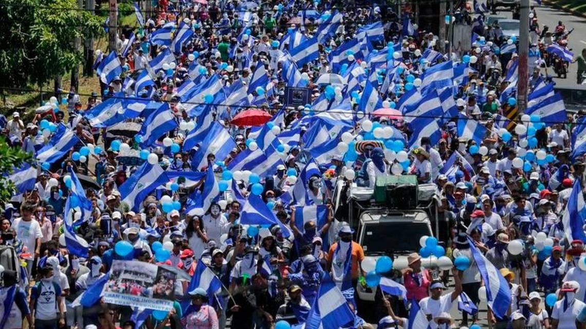 Miles exigen la salida de #DanielOrtega en masiva protesta en #Nicaragua  https://t.co/YobzWbVPq4 #SOSNicaragua