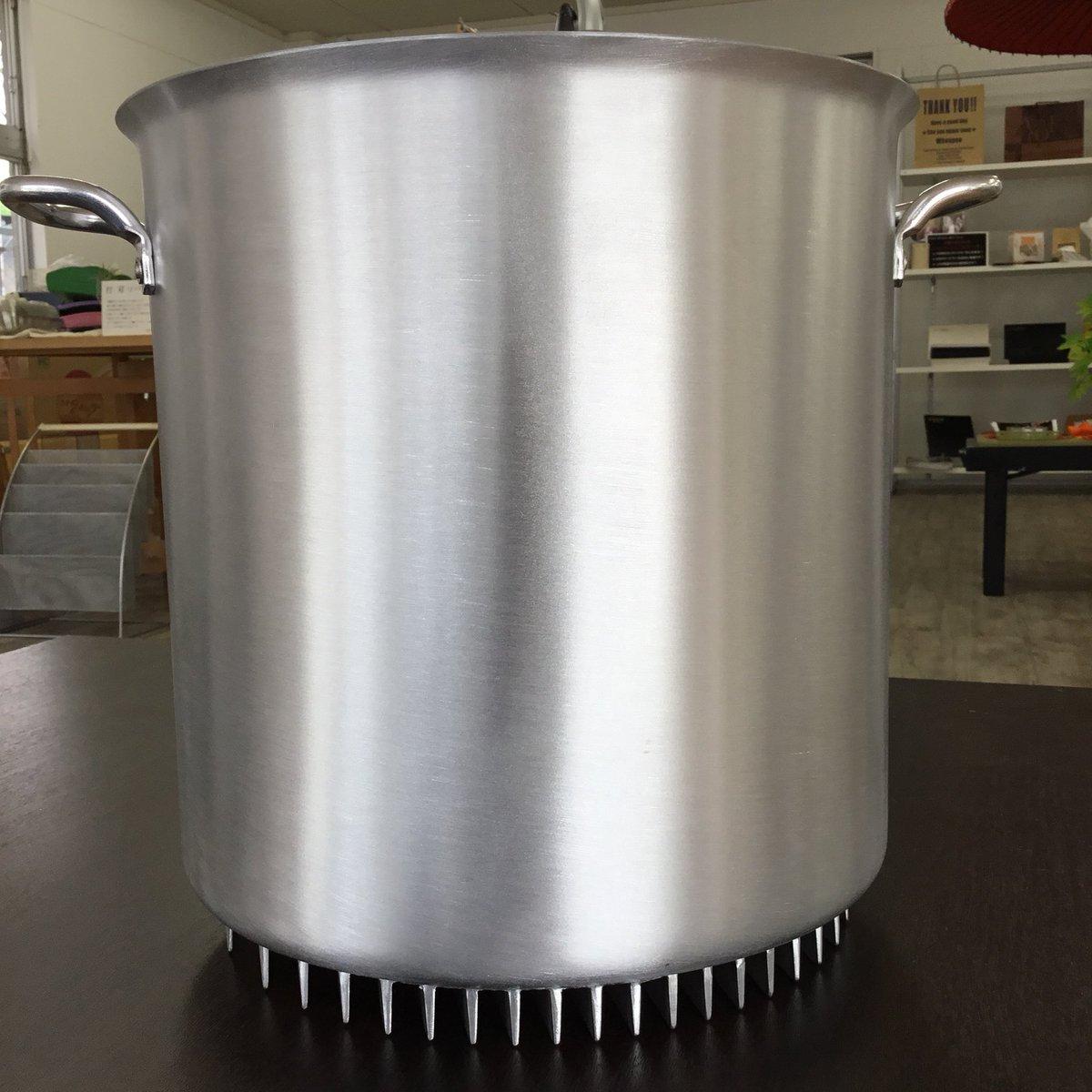 寺澤です。ラーメンのスープなどの仕込みに使われる寸胴鍋は、時間とガス代がかかりますよね。この「エコライン寸胴鍋」は、従来の約半分の時間で沸騰させることができ、時間とガス代が削減できます。その理由は熱伝導率が高い鍋底の形状です。大量仕込みをする店舗様に是非オススメしたい鍋です。