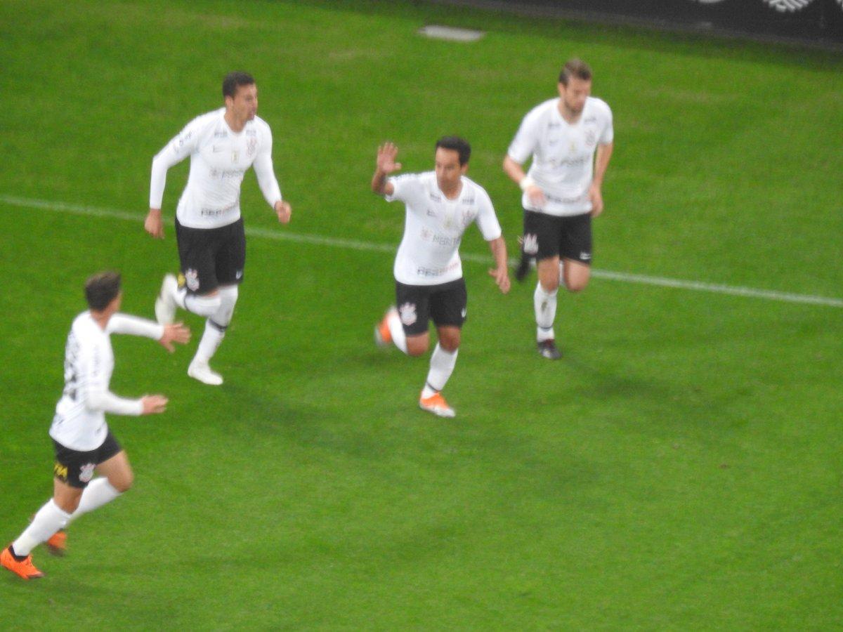Jadson comemora o seu gol com os companheiros