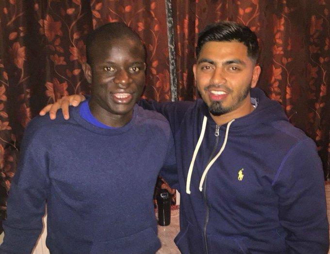 Kanté estava numa mesquita em Londres quando torcedores o convidaram para jantar na casa deles. O volante do Chelsea aceitou na hora 👏👏 Photo