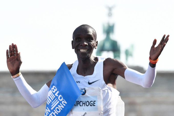Eliud Kipchoge destroys marathon world record by 1 minute and 18 seconds: Foto