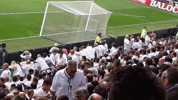 Angered by the rise in ticket prices, #Juventus Ultras held an elegant protest yesterday, wearing white shirts & actually sitting in their seats for the first 45 minutes. No flags, no songs, just quiet indifference. Very effective. Photo