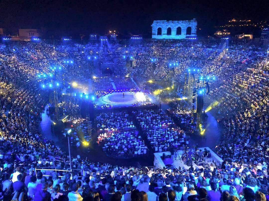 Non siamo mai andati via...@ClaudioBaglioni #AlCentro #arenadiverona #ARitmoDelCuore  - Ukustom