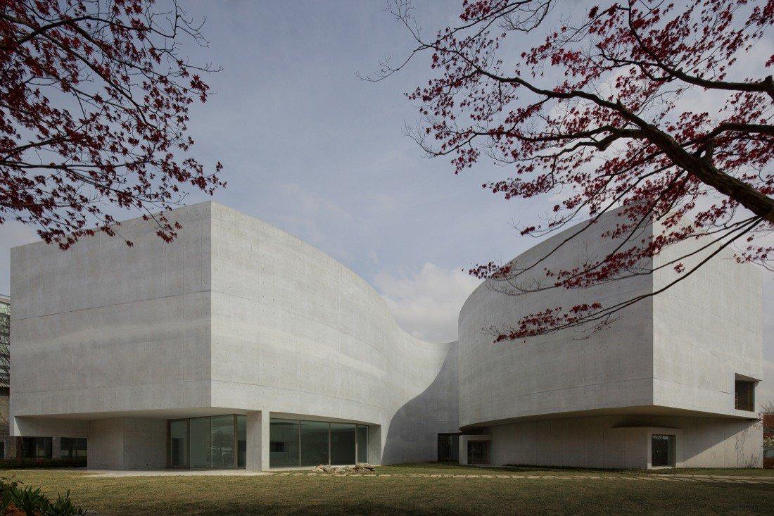 Museo Mimesis 2009 / Alvaro Siza + Castanheira & Bastai + Jun Sung Kim  Paju-si, Gyeonggi-do, South Korea  Fernando Guerra #fotografia  #BrutalMonday #arquitectura https://t.co/AjReyB8DFC