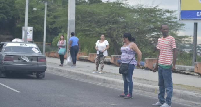 Resultado de imagen para Pasajeros de Santiago varados por paro en el transporte
