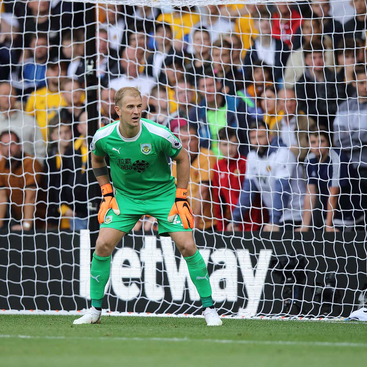 A great touch from @BurnleyOfficial goalkeeper, Joe Hart, on Sunday as he makes a young Wolves goalkeepers day. 👏👏