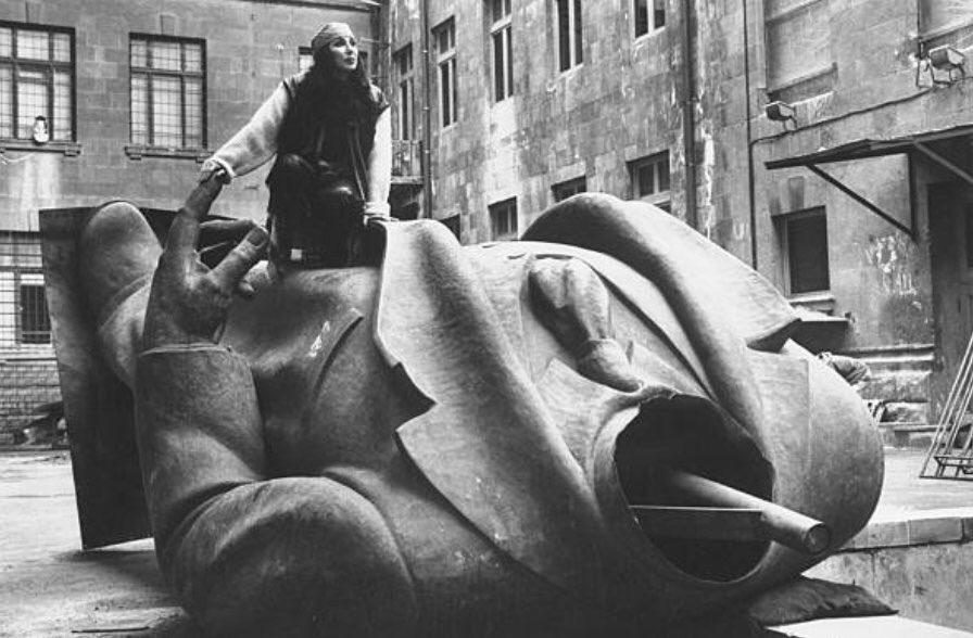 Певичка Шер взлезла на поверженный памятник Ленину