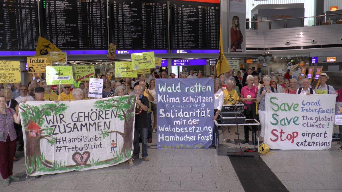 Solidarität mit den Waldbesetzungen #TreburBleibt, #HambiBleibt und #UP3 von der Montagsdemo am Flughafen Frankfurt.