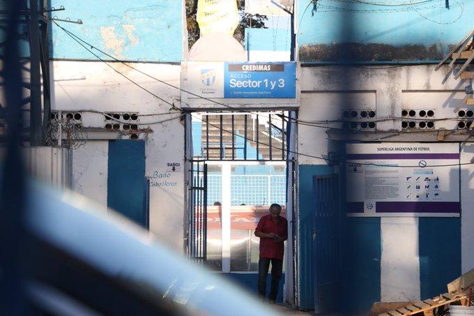 Times da base do Atlético Tucumán fazem o teste do VAR no estádio #gegre Foto