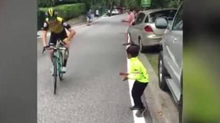 VIDEO Il gesto di Bennett per il bambino è da rivedere mille volte http://rosea.it/e2ecaa4eTf #ciclismo #news  - Ukustom