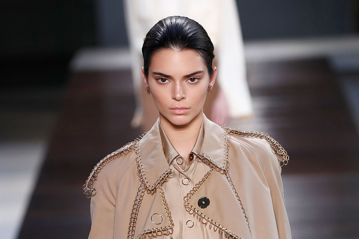 .@KendallJenner is heritage-beige babe in @riccardotiscis debut @Burberry collection... vmagazine.com/article/riccar…