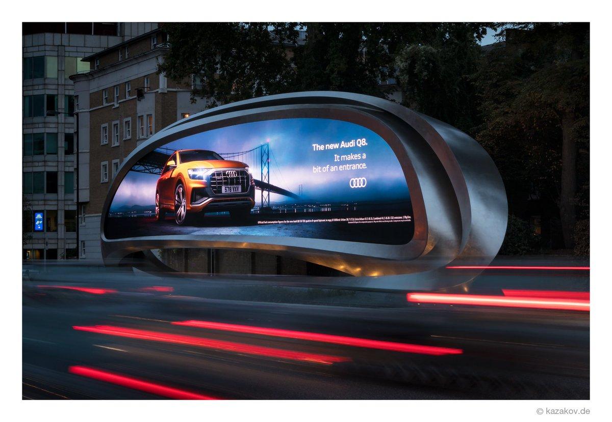 """Eigentlich ist das Hauptziel meines Besuches in London """"The Mastaba"""" von Christo, aber ein paar Fotos zu machen vom gerade fertiggestellten Billboard von @ZHA_News für @JCDecaux_UK, musste ich auf jeden Fall versuchen.pic.twitter.com/65JF6CDIsp"""