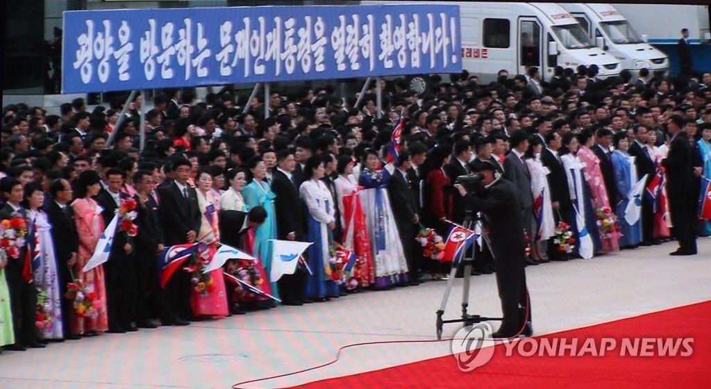 파란색에 흰 글씨 북한 사상 최초라고- 문재인 대통령 상징색이라서 일부러 썼다는데, 아마 북한시민들이 더 충격일 거래요