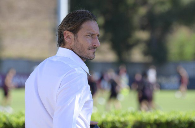 """Crisi e difesa nel caos, #Totti sprona la squadra: """"Ripartiamo da Madrid"""". L'addio a #MariaSensi http://bit.ly/2xhlmAs#ASRoma #RealRoma #Repubblica  - Ukustom"""