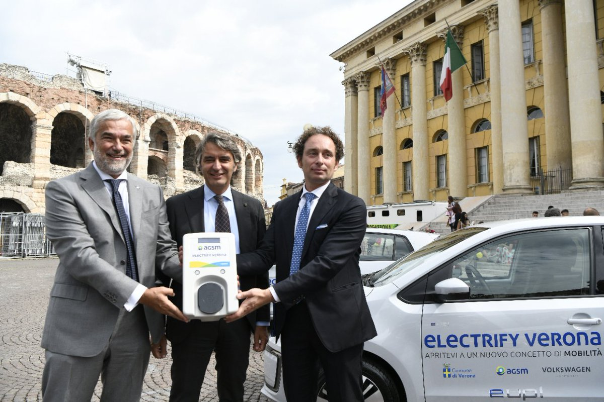 """""""C'è bisogno di iniziative concrete per lo sviluppo dell'#emobility in Italia. Siamo orgogliosi di dare un contributo importante con un progetto serio come #ElectrifyVerona."""" @massimonordio, AD di #VolkswagenGroupItalia. http://bit.ly/2pfif7E #VGI #smartcity  - Ukustom"""