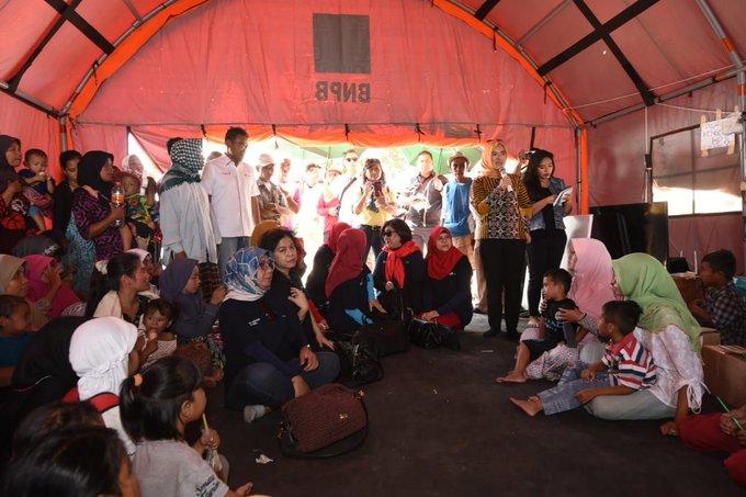 Saat mengunjungi Lombok, Selasa (18/9), Direktur Utama Pertamina, Nicke Widyawati, juga meninjau lokasi pembangunan 200 unit rumah transisi untuk para pengungsi Lombok. #pertaminapeduli #lombok Photo