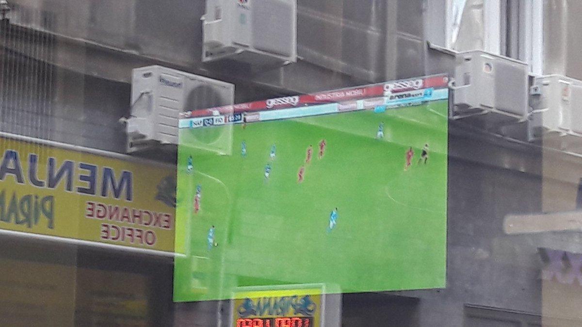 In un bar di #Belgrado stanno trasmettendo #NapoliFiorentina e siamo ancora sullo 0-0: differita o #Dazn locale?   - Ukustom