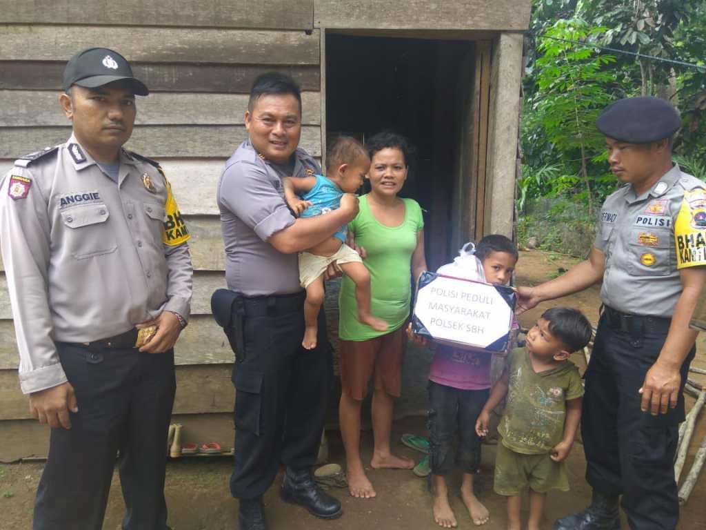 Polisi Peduli, Bhabinkamtibmas Ranah Pantai Cermin berikan bantuan kepada warga kurangmampu