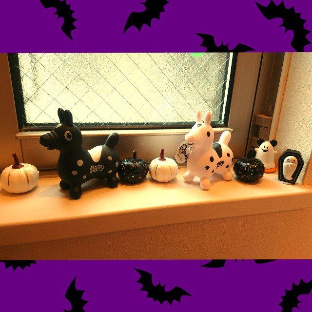 test ツイッターメディア - トイレの小窓をちょっとだけ ハロウィンぽく?????? 白黒のかぼちゃをダイソーです購入。 他のも100均。 子供が小さい時はカラフルにしていたけど、ハロウィングッズもだいぶ買わなったなー。 #ハロウィン #halloween  #100均  #100円ショップ  #100円均一  #セリア #DAISO #ダイソー #キャンドゥ https://t.co/v72NwmLrAN