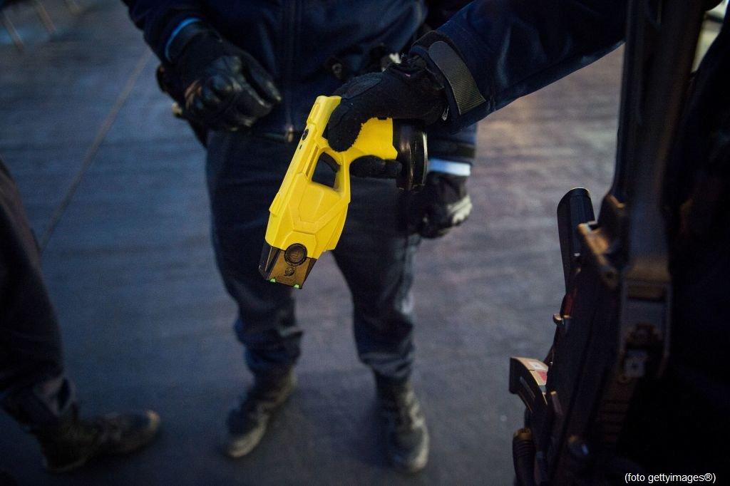 #UltimOra Reggio Emilia, primo utilizzo del #taser, arrestato un senegalese #canale50 http://sky.tg/direttaskytg24  - Ukustom
