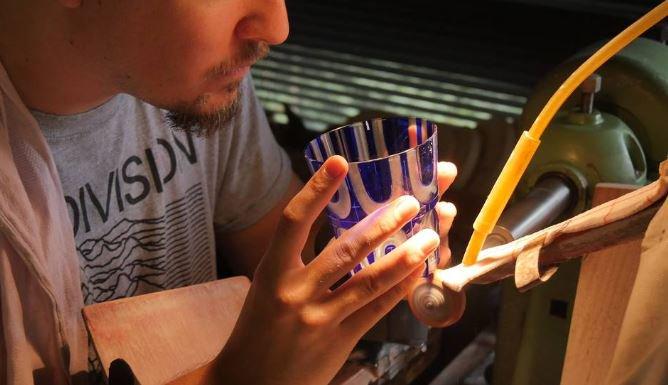 Aus Lübeck in die ganze Welt: Gläser als Kunstobjekte Lübeck ist nicht nur Hanse, Holstentor und Marzipan, sondern auch Standort einer der interessantesten Glas-Manufakturen. Rotter Glas exportiert weltweit. https://www.hamburg-news.hamburg/de/handel-finanzen/wenn-glaeser-zu-kunstobjekten-werden/…