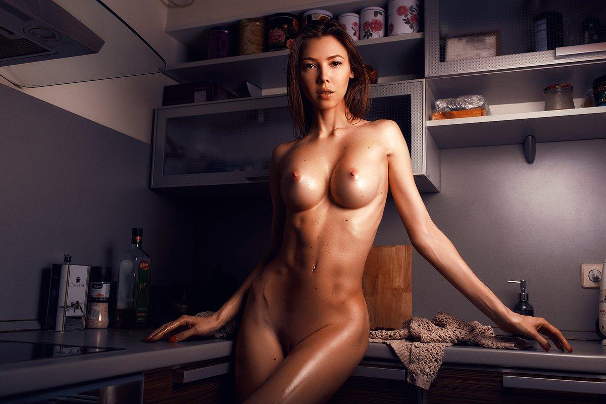 голая девушка выступает ближе