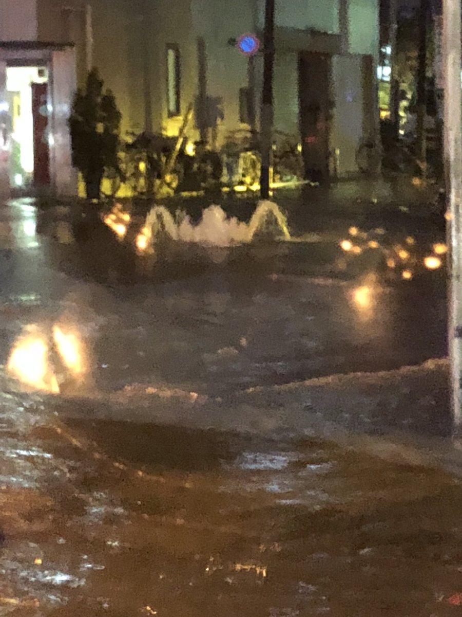 【冠水】ゲリラ豪雨で池袋駅で道路が浸水「マンホール ...