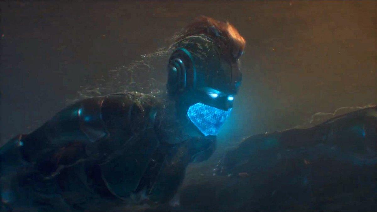 Capitã Marvel com elmo embaixo d´água