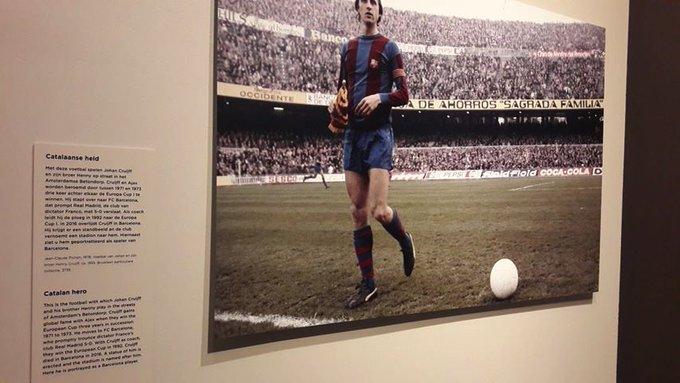 Miren un ejemplo más de cómo los nacionalistas e independentistas no han descansado para pervertir la historia de nuestro país fuera de nuestras fronteras: en un museo de Amsterdam Cruyff es un héroe catalán y el Real Madrid un equipo franquista. Photo