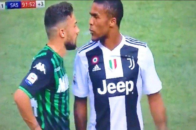 Douglas Costa é suspenso por quatro jogos por cuspir em rival em jogo do Italiano Photo