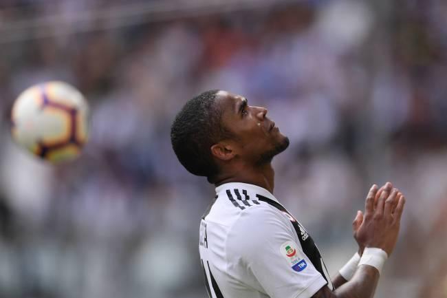 Douglas Costa é suspenso por quatro partidas por cuspir em adversário Photo