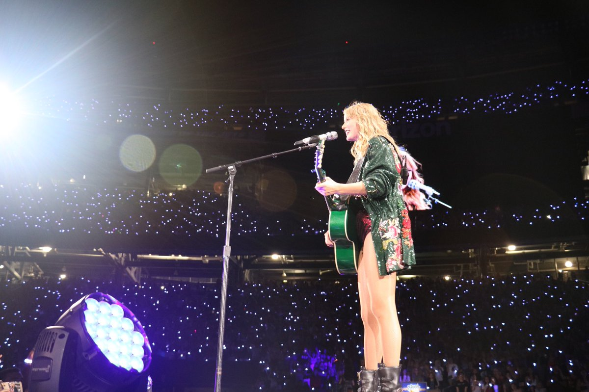 Retweet to vote for @taylorswift13 for #AMAs Artist Of The Year 🎶💃 And vote here daily 👉 taylor.lk/VoteAMAs