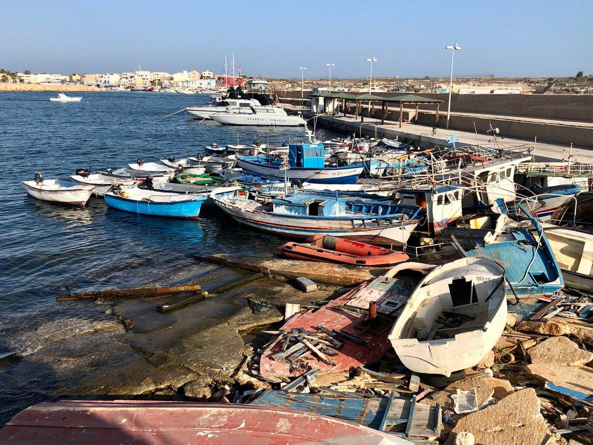 A #Lampedusa i migranti continuano ad arrivare non più a centinaia su barconi, ma a gruppi di 10, 20 persone su piccole imbarcazioni.@lizaboschinPhoto: @lizaboschinphoto#cartabianca  - Ukustom