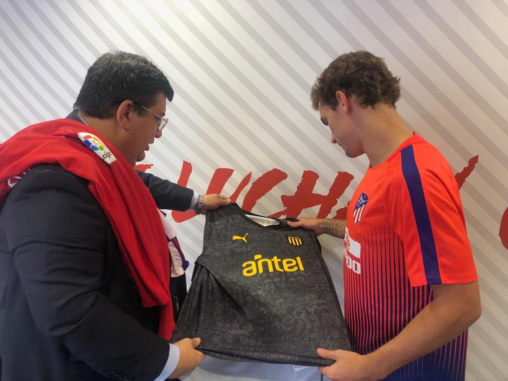 Barrera le entregó la camiseta de Peñarol al francés Griezmann. Además fue invitado a visitar el CDS cuando arribe a nuestro país en Diciembre.