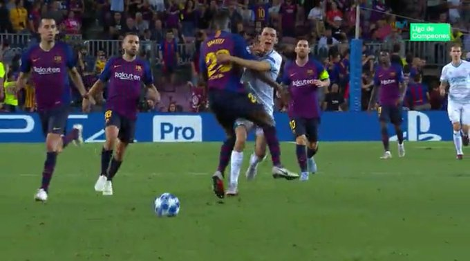 📰 [Sport] | Samuel Umtiti, Barcelona's first sending off of the season 🔶 The French defender was dismissed for two silly yellow cards. 🔷 He cynically blocked Chucky Lozano to stop a counter-attack and was shown his second yellow. A clear red. Foto