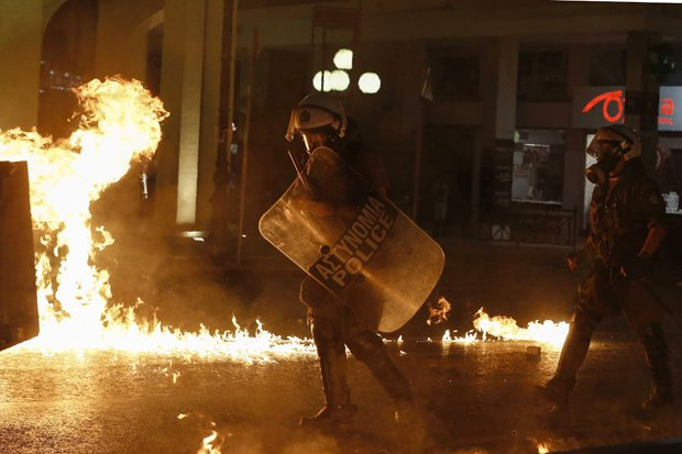 719dfe2061bf3a Anarchy ERUPTS in Athens on neo-Nazi assassination anniversary ...