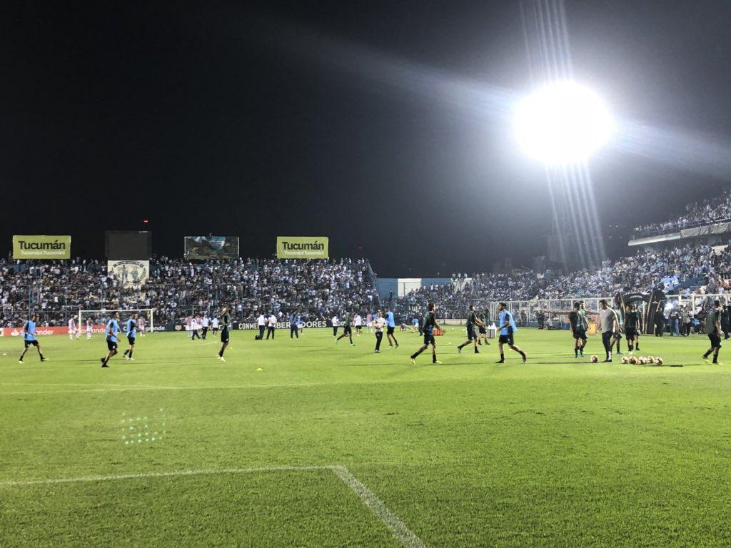 Equipe completa em campo para aquecimento! 🇦🇷💪🏽⚽🇪🇪🏆 #Libertadores2018 #DonosDaAmérica #EmBuscaDoTetra #CATxGRE