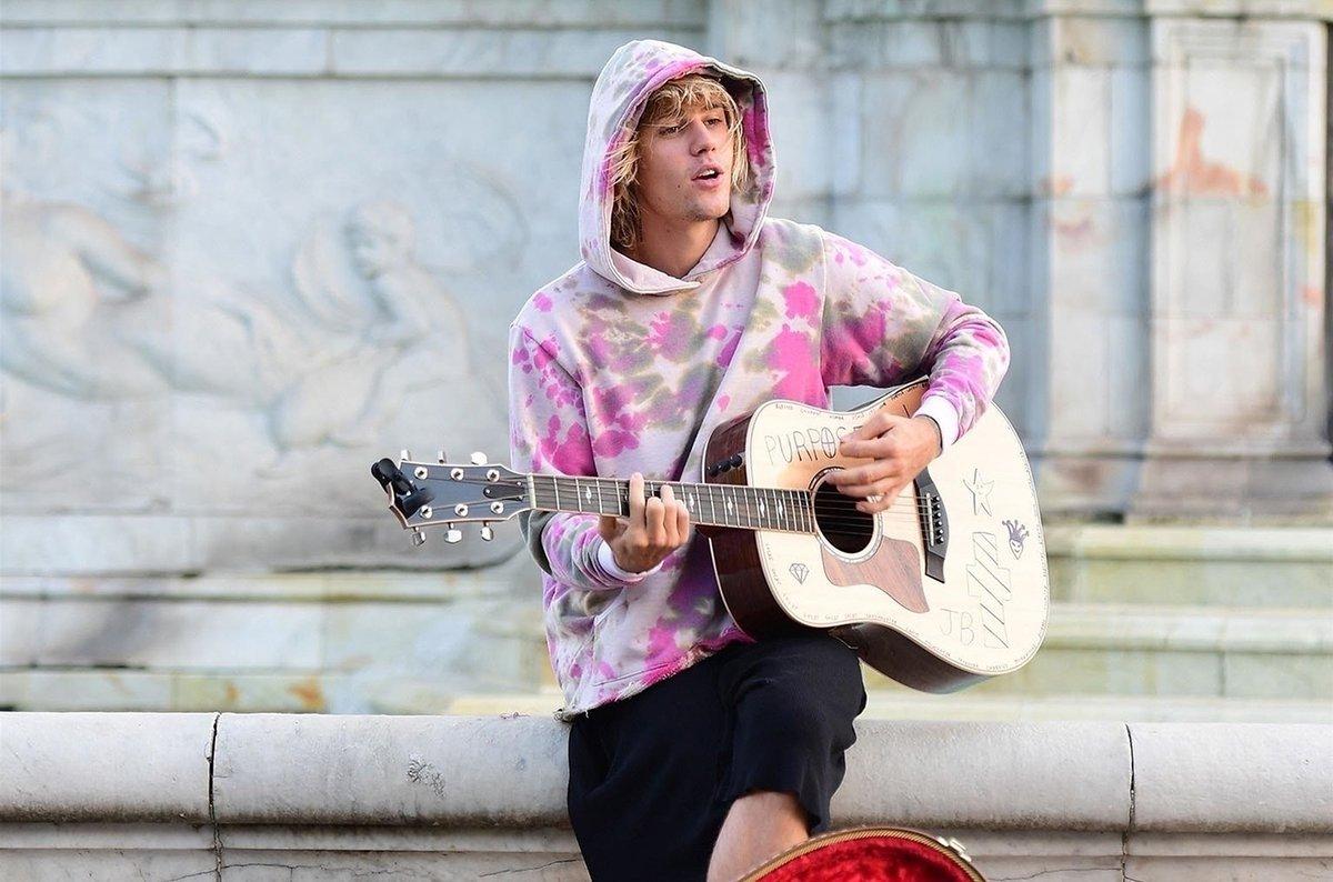 #JustinBieber serenades #HaileyBaldwin outside Buckingham Palace during London Fashion week!👨🎤💑🏰🇬🇧💕 https://t.co/zd51DC6wUJ