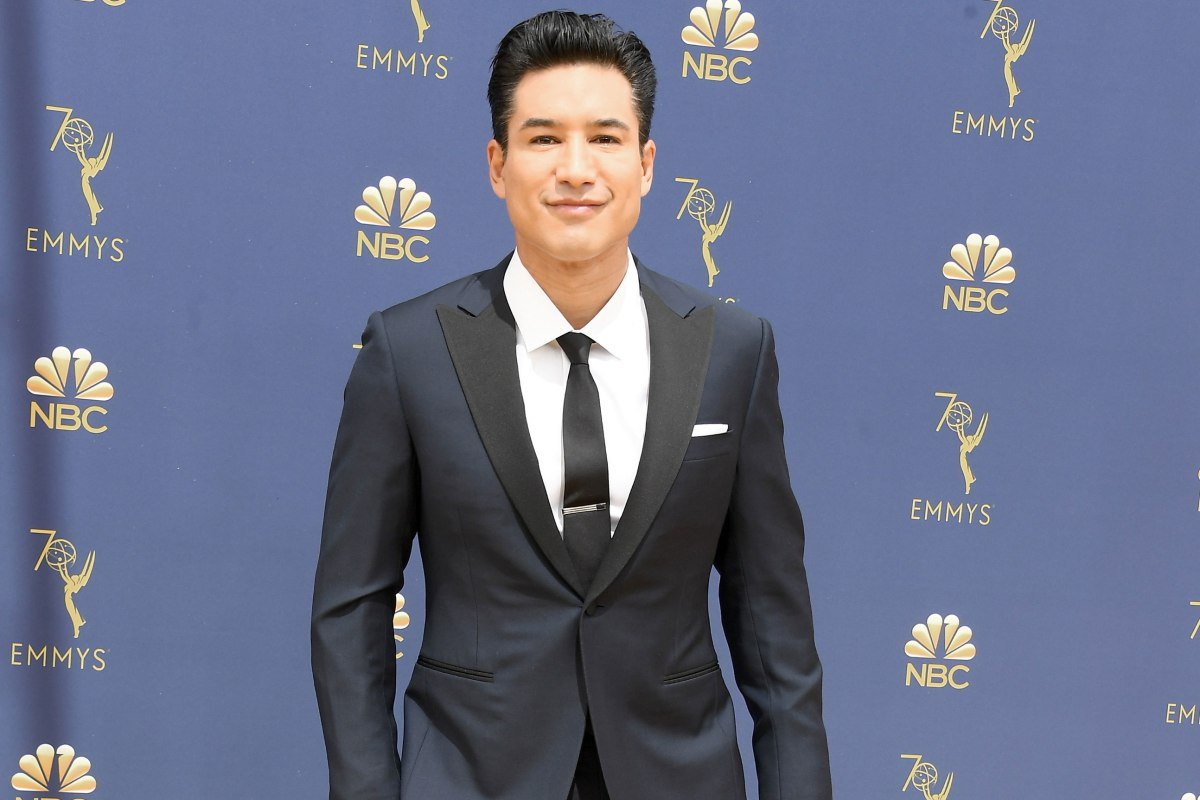 Mario Lopez wore medical boot and shorts to the Emmys https://t.co/yrgQKX97sd