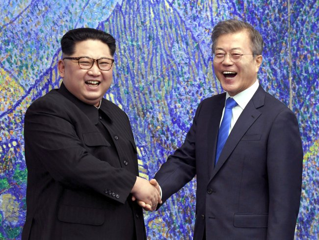 #BREAKING: DPRK's top leader Kim Jong Un, South Korean President Moon Jae-in sign summit agreement following second round talks at the Paekhwawon State Guest House in #Pyongyang, Yohnap reports.