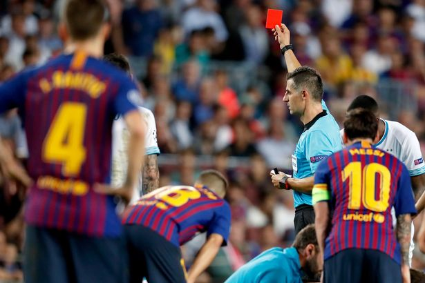 Umtiti had by this point been sent off after receiving a second yellow card in 79th minute for body blocking a Lozano counter-attack. Foto