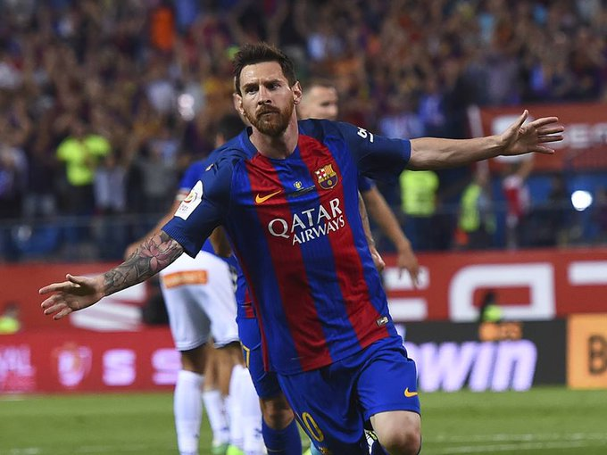 BARCELONA: Lionel Messi scored a sensational hat-trick as Barcelona kickstarted their Champions League campaign with a 4-0 win at home to Dutch champions PSV Eindhoven on Tuesday although they had defender Samuel Umtiti sent off in the second half. Foto