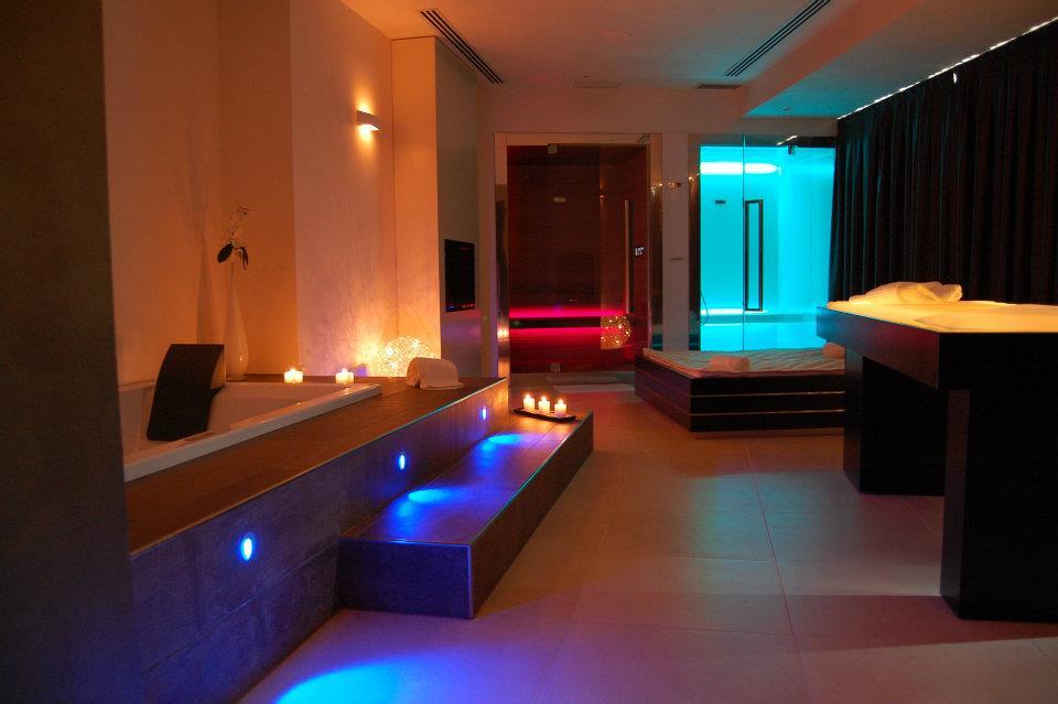 Siamo a metà settimana ed è tempo di pensare al #weekend. Cosa ne dite di una #PrivateSuiteSpa in cui corpo e mente si rilassano e si lasciano andare alla passione? #basehotels  - Ukustom